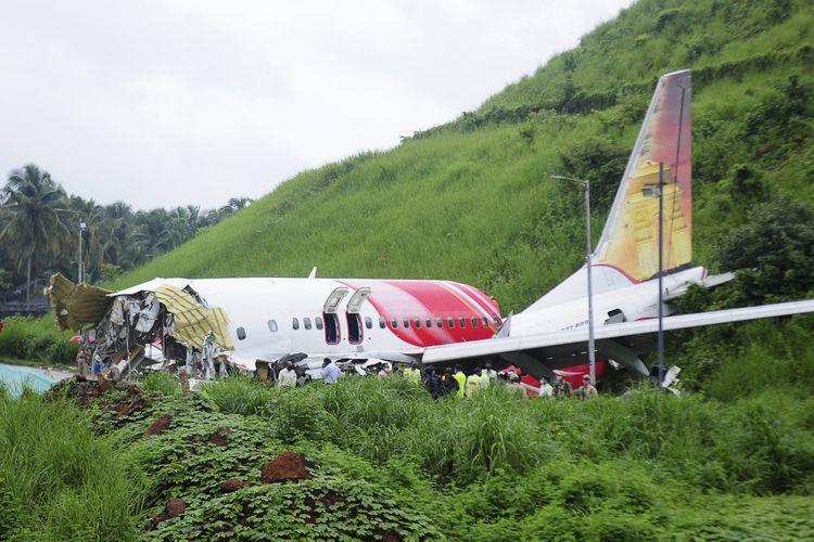 Bangkai pesawat Air India Express 1344 yang jatuh di Bandara Kozhikode, Negara Bagian Kerala, India, Jumat (7/8/2020). Pesawat tergelincir keluar landasan saat mendarat karena hujan badai, dan patah jadi dua.