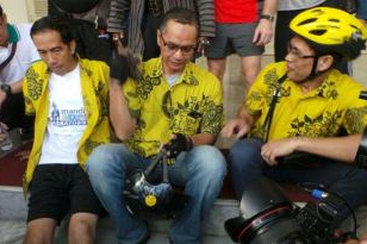 Gubernur DKI Joko Widodo dan Ketua Bike to Work Indonesia Toto Sugito beristirahat di Balaikota, Jumat (1/11/2013). Keduanya serta rombongan usai bersepeda dari rumah dinas Jokowi menunu Balaikota.