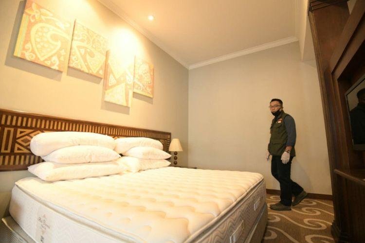 Gubernur Jawa Barat Ridwan Kamil Emil saat meninjau Hotel Grand Preanger di Jalan Asia Afrika, Kota Bandung, Selasa (7/4/2020). Hotel itu disiapkan untuk tempat tinggal sementara para tenaga medis yang menangani pasien dalam pengawasan Covid-19.