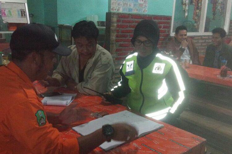 Tim BPBD Magetan berkoordinasi dengan aparat kepolisian untuk evakuasi jasad pria tak dikenal yang ditemukan tewas di puncak Gunung Lawu, Minggu (25/3/2018).