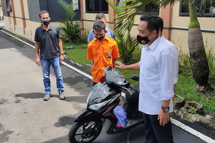 Polisi berhasil mengamankan dua sepeda motor milik korban pembunuhan berantai di Kulon Progo, Daerah Istimewa Yogyakarta. Satu motor ditemukan di penitipan Stasiun Wates pada Sabtu, 3 April 2021. Motor ini milik korban bernama Takdir Sunariati (22) asal Paingan, Sendangsari, Pengasih, Kulon Progo, DI Yogyakarta. Polisi menemukan barang bukti milik korban lain bernama Desi Sri Diantari (22) asal Gadingan, Wates. Motor ditemukan di Magelang, Jawa Tengah, Rabu (7/4/2021) kemarin. Tampak NAF (22) tersangka pelaku pembunuhan berdiri di samping motor milik Takdir sebelum gelar Konferensi Pers Polres Kulon Progo, Senin (5/4/2021) lalu.