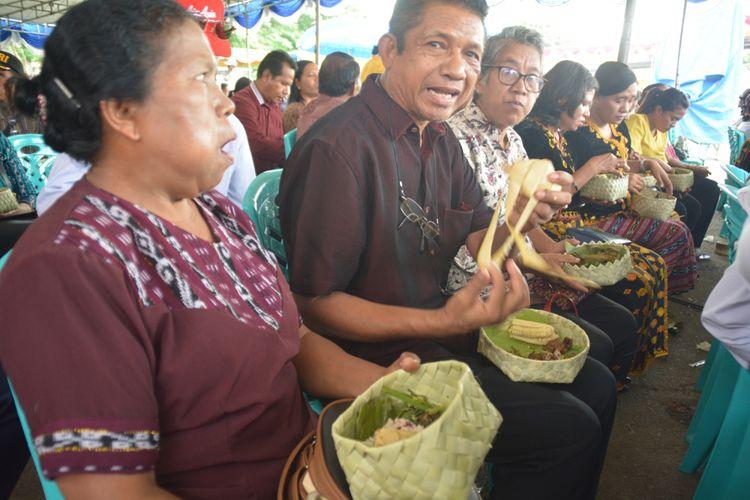Menu hidangan lokal Nagekeo saat pesta rakyat untuk mensyukuri pemimpin baru Kabupaten Nagekeo, Flores, NTT, Kamis (27/12/2018).