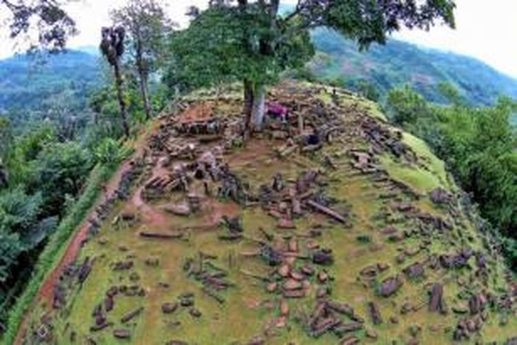 Situs megalit Gunung Padang di Desa Karyamukti, Kecamatan Campaka, Kabupaten Cianjur, Jawa Barat, 30 Mei 2014. Tim Riset Mandiri Gunung Padang mengungkapkan bahwa situs dibangun oleh empat kebudayaan berbeda, yang tertua diperkirakan mencapai umur 10.000 tahun.