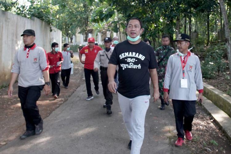 Wali Kota Semarang Hendrar Prihadi saat berkeliling di salah satu daerah di Kota Semarang untuk memantau kondisi masyarakat dan penyemprotan disinfektan.