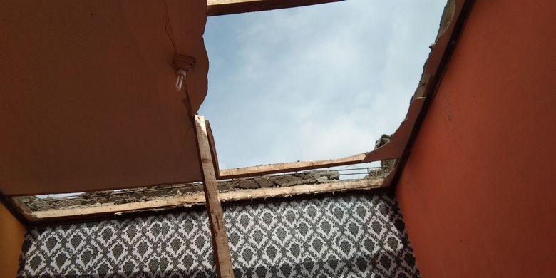 Warga tengah memperbaiki atap rumah yang tersapu angin puting beliung di Perum Pelangi Regency, Desa Pangulah Selatan, Kecamatan Kotabaru, Kabupaten Karawang, Senin (1/2/2021).