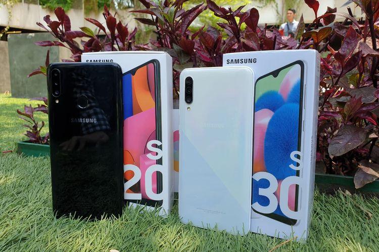 Desain punggung Galaxy A20s dan Galaxy A30s bersama kotak kemasan.