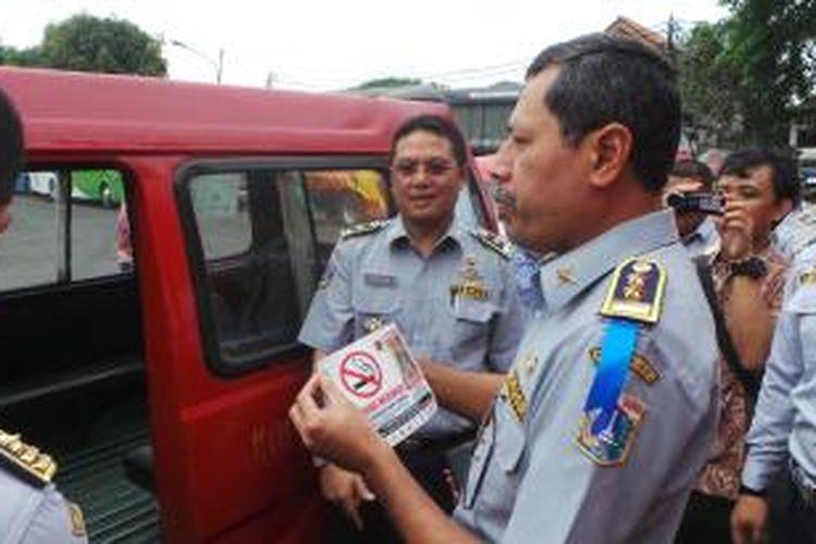 Kepala Dinas Perhubungan M. Akbar dalam acara sosialiasi kawasan dilarang merokok di Terminal Pulogadung, Jakarta Timur. Selasa (2/12/2014)