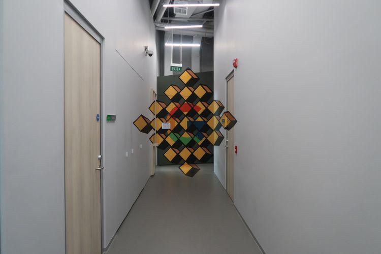 Sebuah lorong di Kantor Google Indonesia yang memiliki desain estetik.