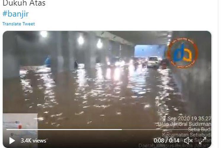 Underpass Dukuh Atas terendam banjir pada Senin (21/9/2020) malam sehingga membuat beberapa kendaraan tak bisa melintas.