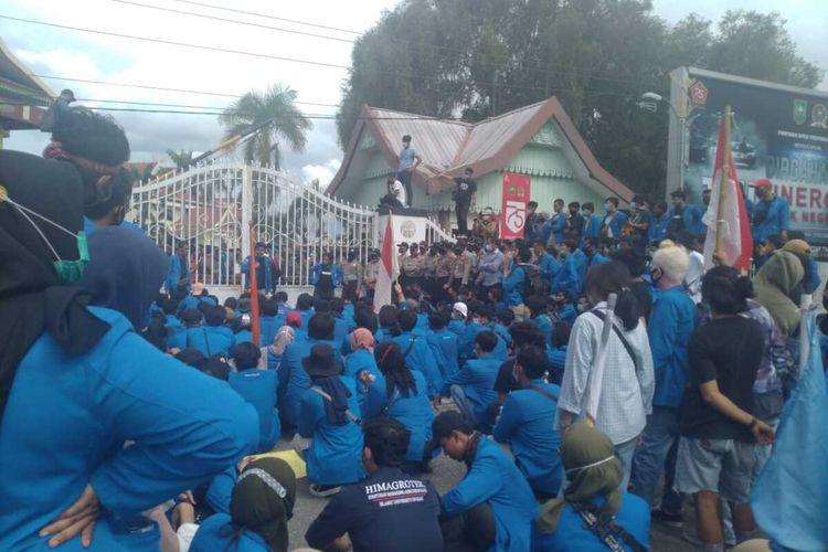 Ratusan mahasiswa saat melakukan unjuk rasa menolak pengesahan UU Cipta Kerja di Kantor DPRD Riau di Jalan Jenderal Sudirman, Kota Pekanbaru, Riau, Rabu (7/10/2020).