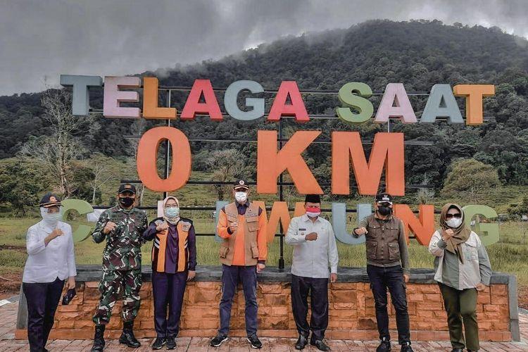 Bupati Bogor Ade Yasin mengikuti kegiatan siaga bencana hidrometeorologi bersama Kepala Badan Nasional Penanggulangan Bencana (BNPB) Letjen TNI Doni Monardo, Wakil Gubernur Jawa Barat Uu RUzhanul Ulum, Kepala Badan Meteorologi, Klimatologi dan Geofisika (BMKG) Dwikorita Karnawati, Wali Kota Bogor Bima Arya, Komandan Jenderal (Danjen) Kopassus, Mayjen TNI Mohamad Hasan dan perwakilan dari Kementerian Lingkungan Hidup dan Kehutanan dengan melakukan penanaman ribuan pohon di hulu Sungai Ciliwung, Telaga Saat, Cisarua, Kabupaten Bogor, Jawa Barat, Selasa (20/10/2020).