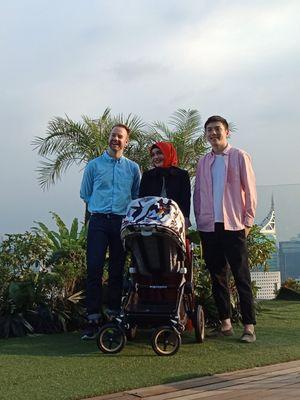 Communications Manager Asia Pacific Bugaboo Mark van Tol dan Dokter Lula Kamal (paling kiri ke kanan) dalam peluncuran Bugaboo Fox dan Bugaboo We Are Handsome di Skye Bar & Restaurant, Jakarta Pusat, Rabu (4/4/210).
