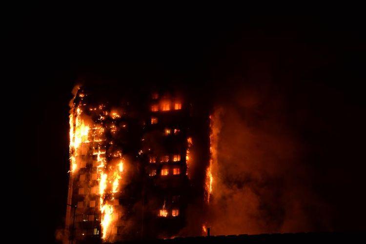 Sebuah gedung apartemen berlantai 27 di London terbakar pada Rabu (14/6/2017).