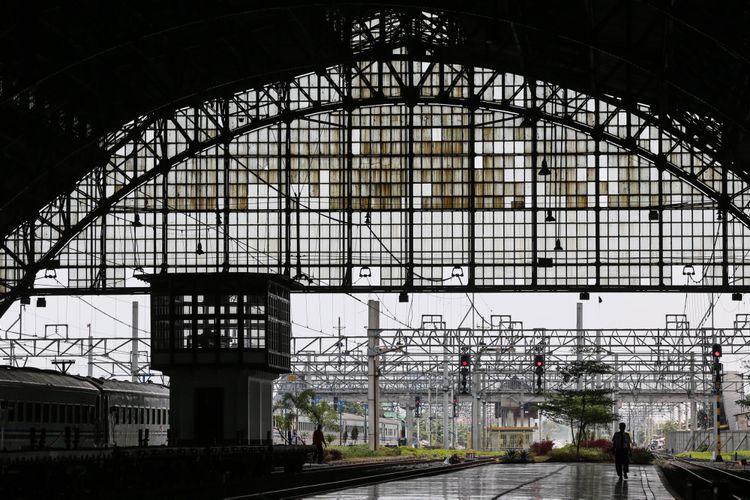 Seorang petugas berjalan di kawasan Stasiun Tanjung Priok, Jakarta Utara, Kamis (7/9/2017). Sejak di operasikan kembali rute stasiun Tanjung Priok-Jakarta Kota pada Desember 2015, jumlah penumpang yang naik dan turun terus meningkat rata-rata 1.000 orang hari biasa dan hari libur mencapai 1.300 orang