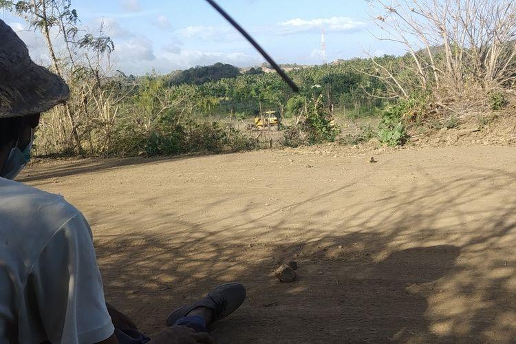amaq Merem saat duduk melihat tanahnya digusur