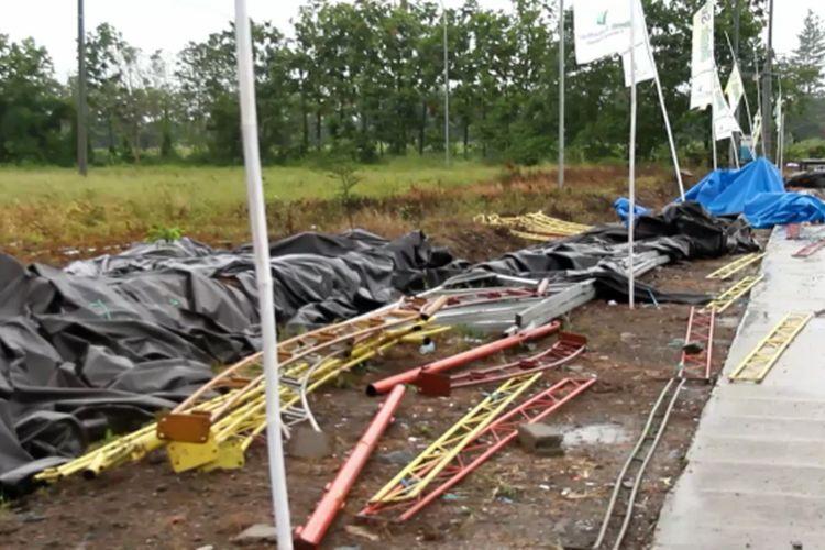 Tenda dan Baliho Hut Mateng Porak-Poranda Diterjang Angin dan Hujan Deras