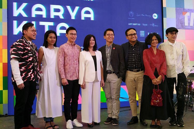 Corporate Vice President (VP) Marketing TACO Group, Satria Utama (ketiga kanan) berfoto bersama seusai memberikan keterangan dalam pembukaan pameran