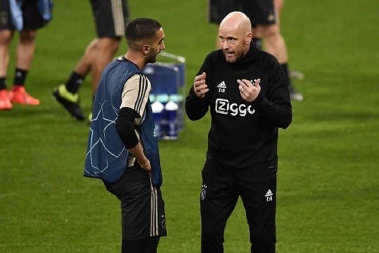 Pelatih Erik ten Hag berdiskusi dengan Hakim Ziyech saat menjajal lapangan Stadion Santiago Bernabeu jelang laga Real Madrid vs Ajax Amsterdam, 4 Maret 2019.