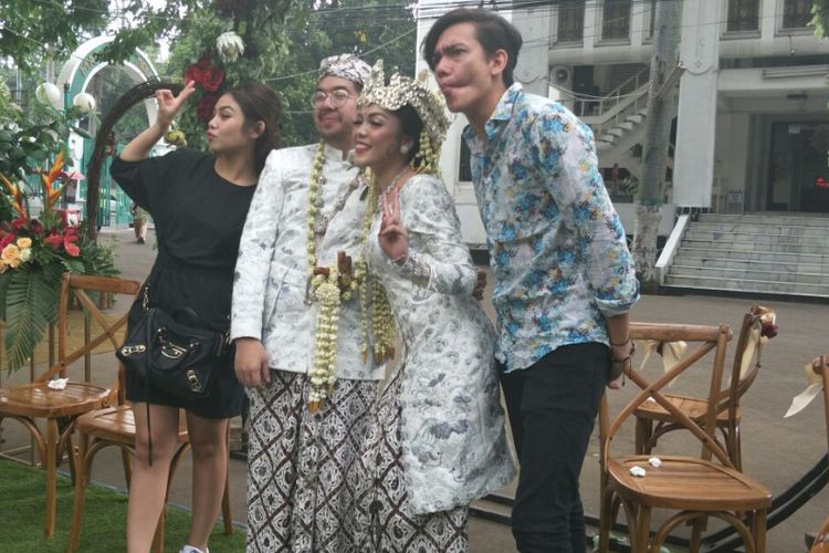 Vanesha Prescilla dan Adipati Dolken jadi Wedding Crasher di pernikahan Almira-Rangga di Masjid Cut Meutia, Jakarta Pusat, Sabtu (17/3/2018).