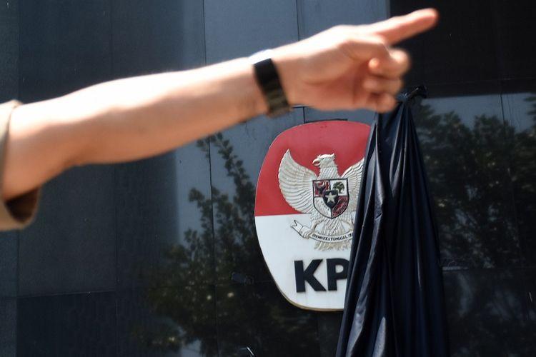 Selembar kain hitam yang menutupi logo KPK tersibak saat berlangsungnya aksi dukungan untuk komisi anti rasywah itu di Gedung Merah Putih KPK, Jakarta, Selasa (10/9/2019). Berbagai aksi dukungan untuk KPK dilakukan berbagai elemen masyarakat setelah sebelumnya jajaran pimpinan bersama pegawai KPK menggelar aksi berkabung atas pelemahan terhadap KPK melalui revisi UU KPK oleh DPR serta seleksi capim KPK yang dinilai meloloskan orang-orang yang bermasalah. ANTARA FOTO/Indrianto Eko Suwarso/aww.