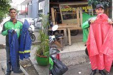 Driver Gojek Ini Swadaya Sediakan Jas Hujan dan Pelindung Sepatu
