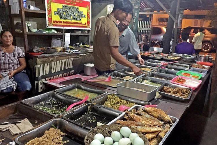 Angkringan Wijilan salah satu angkringan terkenal di Yogyakarta yang dekat area Alun-alun Yogyakarta