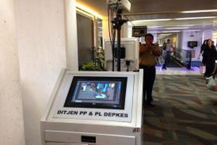 Tampak mesin Thermo Scanner untuk mendeteksi suhu badan diletakkan di Terminal 2D Bandara Soekarno-Hatta, Kamis (11/6/2015). Alat ini memudahkan petugas untuk mengamankan penumpang dari luar negeri yang suhu badannya tinggi dalam rangka antisipasi virus Mers yang sedang mewabah di Korea Selatan.