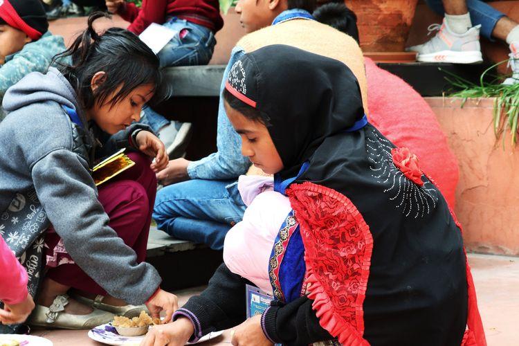 8 Maret 2020, New Delhi, India; anak-anak miskin yang kelaparan sedang diberi makan oleh pekerja sosial dalam pandemi global virus korona. Makanan gratis untuk para tunawisma, distribusi makanan.