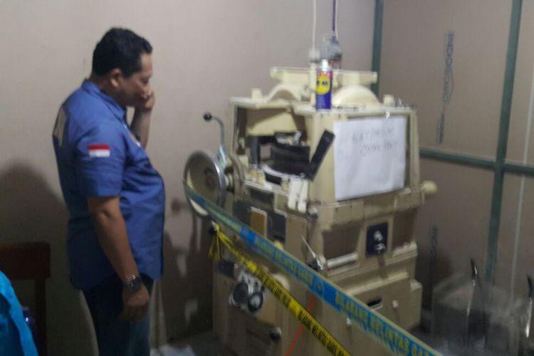 Kepala Badan Narkotika Nasional Komjen Pol Budi Waseso mengamati mesin pencetak pil PCC di salah satu pabrik di Gilingan-Solo, Jawa Tengah (4/12/2017).