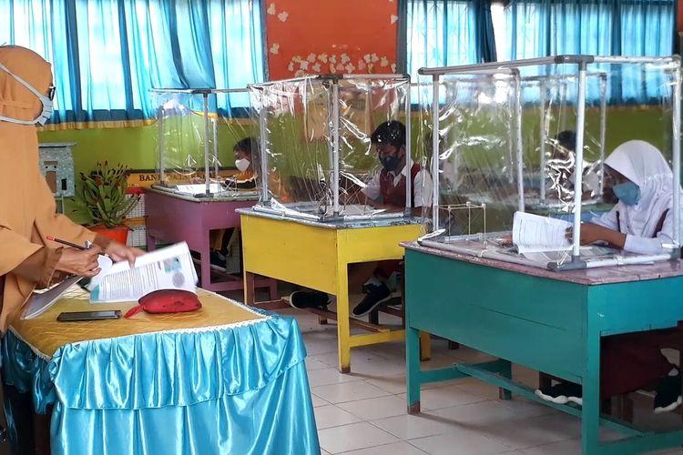 Uji coba proses belajar mengajar secara tatap muka tingkat Sekolah Dasar (SD) dengan menerapkan protokol kesehatan Covid-19 yang berlangsung di SDN 55 Olang, Kecamatan Ponrang Selatan, Kabupaten Luwu, Rabu (25/11/2020)