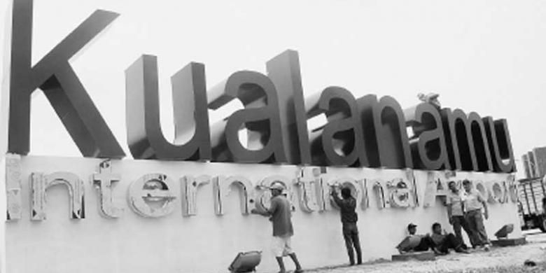 Sejumlah pekerja menyelesaikan pembuatan nama Bandar Udara Internasional Kualanamu di Deli Serdang, Sumatera Utara, beberapa waktu lalu.
