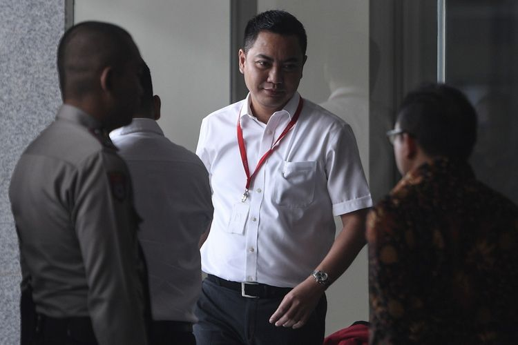 Anggota Komisi I DPR dari Fraksi Golkar, Fayakhun Andriadi (tengah), menunggu untuk diperiksa di gedung KPK, Jakarta, Selasa (10/10). Fayakhun diperiksa sebagai saksi dalam kasus dugaan suap pengadaan satelit monitoring atau pengawasan di Badan Keamanan Laut (Bakamla) untuk tersangka mantan Kepala Biro Perencanaan dan Organisasi Bakamla Nofel Hasan. ANTARA FOTO/Sigid Kurniawan/kye/17.