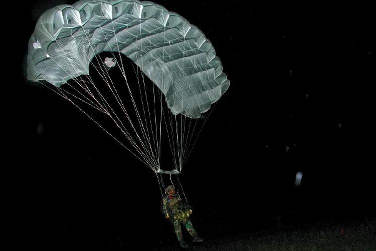 Prajurit Batalyon Intai Amfibi 2 Marinir (Yontaifib 2 Mar) Pasmar 2 Korps Marinir melaksanakan terjun tempur di Desa Banyuputih, Asembagus, Situbondo, Jawa Timur, Senin (13/9/2021) dini hari.