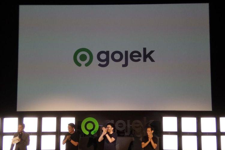 Founder dan CEO Gojek Global Nadiem Makarim, Co-Founder Gojek Kevin Aluwi, dan Presiden Gojek Group Andre Sulistyo saat peresmian logo baru Gojek di Jakarta, Senin (22/7/2019).