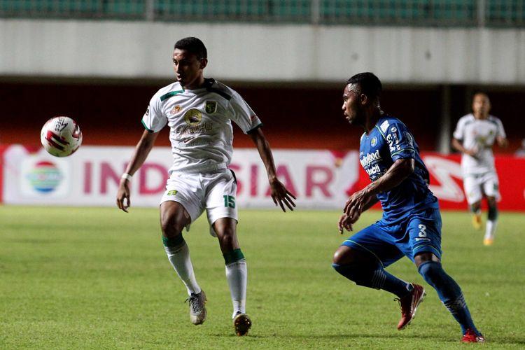 Pemain Persebaya Surabaya Rivaldi Bawuo dijaga ketat Persib Bandung Ardi Idrus saat laga babak 8 besar Piala Menpora 2021 yang berakhir dengan skor 3-2 di Stadion Maguwoharjo Sleman, Minggu (11/04/2021) malam.