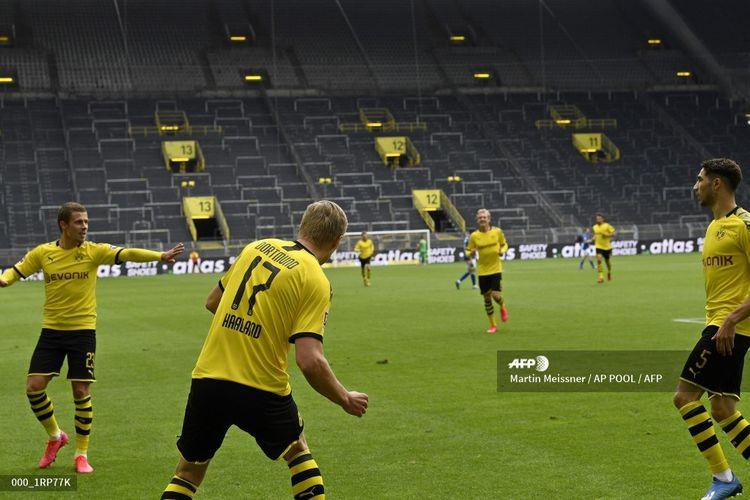 Perayaan gol phyisical distancing oleh Erling Braut Haaland dan para pemain Borussia Dortmund setelah membobol gawang Schalke pada 16 Mei 2020.