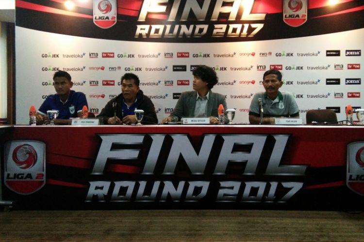Pelatih PSIS Semarang, Subangkit, (kiri) saat menghadiri sesi konferensi pers bersama Pelatih PSMS Djadjang Nurdjaman jelang laga semifinal Liga 2 di Hotel Horison, Jumat (24/11/2017).
