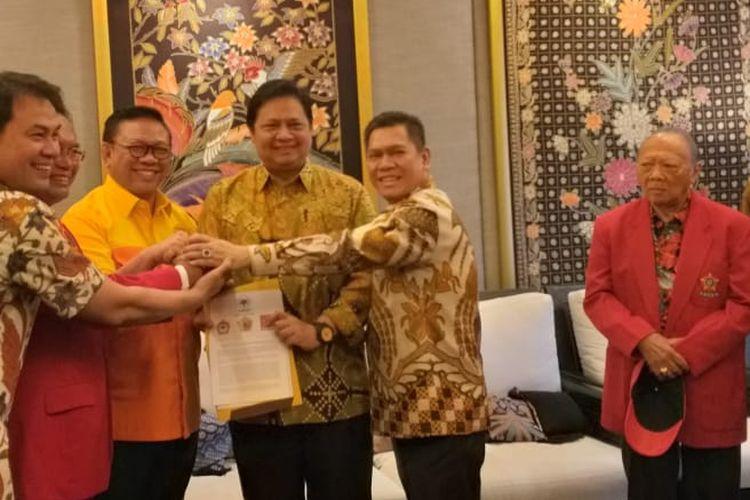 Ketua Umum Partai Golkar Airlangga Hartanto menerima dukungan dari ormas Tri Karya Golkar untuk memimpin golkar pada periode selanjutnya, di Jalan Widya Chandra III Nomor 6, Jakarta.