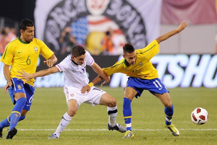 Neymar (kanan) beraksi saat membela Brasil pada laga persahabatan kontra Amerika Serikat pada 10 Agustus 2010 di New Jersey, AS.