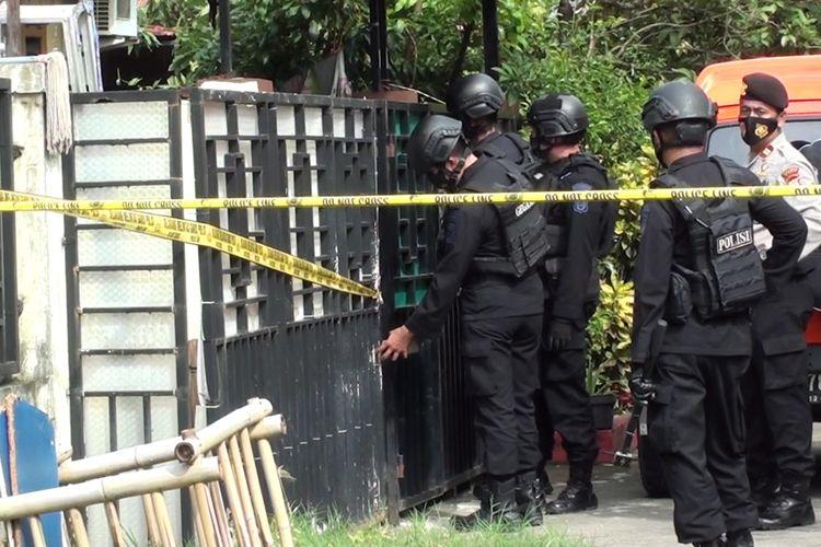 Tim Gegana Brimob Polda Sulsel melakukan penyisiran di rumah milik terduga teroris di Komplek Graha Surandar, Kecamatan Sombaopu, Kabupaten Gowa, Sulawesi Selatan yang sebelumnya ditangkap oleh Densus 88. Rabu, (6/1/2021).