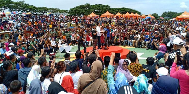 Presiden Joko Widodo didampingi Ibu Negara Iriana menghadiri Gebyar Bakso Merah Putih, pada Minggu (3/3/2019) di Area Deltamas, Cikarang, Jawa Barat.