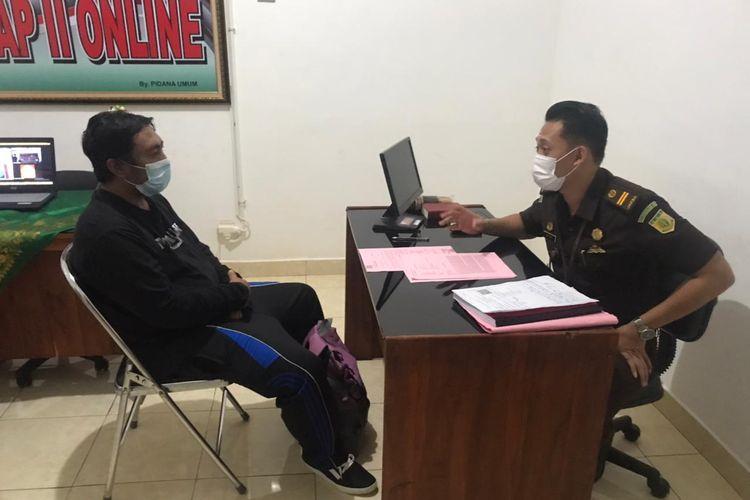 Oknum anggota Satgas Gotong Royong saat diperiksa di Kejari Tabanan, Bali, Kamis (25/3).