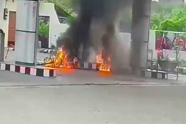 Sebuah SPBU di Lembang, Majene, Sulawesi Barat, terbakar, Rabu (9/8/2017). Sebuah mobil dan motor yang sedang mengisi BBM di lokasi SPBU ikut terbakar.