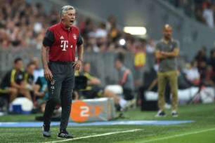 Pelatih Bayern Muenchen, Carlo Ancelotti, memberi instruksi kepada para pemainnya pada laga kontra Manchester City, Rabu (20/7/2016).