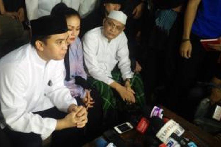 Billy Syahputra dan Mak Vera menggelar jumpa pers di kediaman orangtua almarhum Olga Syahputra, Jalan Kresna Raya, No. 4 RT11/RW 06, Jakarta Timur, Jumat (3/4/2015) malam.