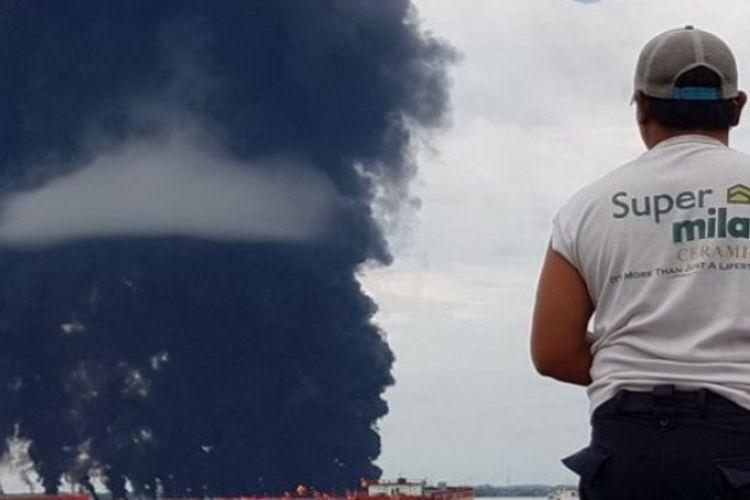 Api muncul di perairan sekitar Dermaga Telaga Emas Balikpapan Barat, Balikpapan, Kalimantan Timur, Sabtu (31/3/2018).