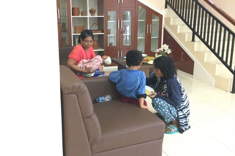 Keluarga Joni, yang tinggal di gang sempit, sudah berada di Rumah Aman Kementrian Sosial (Kemensos) di Bambu Apus, Jakarta Timur, Kamis (15/6/2017).
