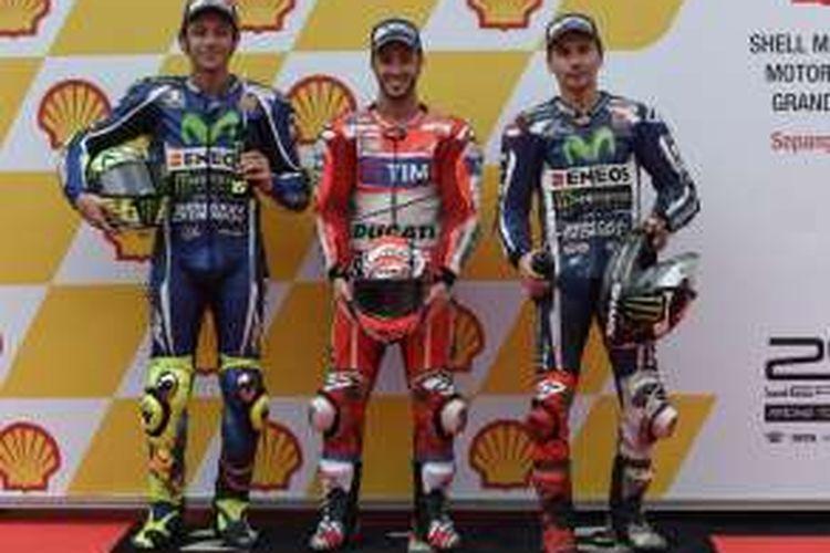 Pebalap Ducati Team asal Italia, Andrea Dovizioso (tengah), berpose bersama pebalap Movistar Yamaha MotoGP asal Italia, Valentino Rossi (kiri), dan pebalap Movistar Yamaha MotoGP asal Spanyol, Jorge Lorenzo, setelah sesi kualifikasi GP Malaysia di Sirkuit Sepang, Sabtu (29/10/2016). Dovizioso menjadi pebalap tercepat, diikuti Rossi dan Lorenzo.