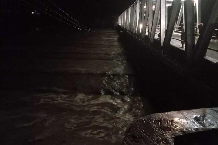 Hujan deras yang mengguyur Luwu Utara, membuat Sungai Rongkong dan sungai Salu Ampak merendam permukiman warga di 6 Desa pada 3 kecamatan, Jumat (22/05/2020).