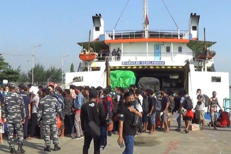 Penumpang kapal Kali Bodri, dari Kumai Kalimantan Tengah yang tiba di pelabuhan Kendal. KOMPAS.COM/SLAMET PRIYATIN